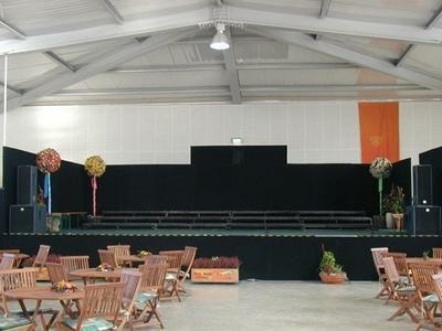 Bühne in der Veranstaltungshalle