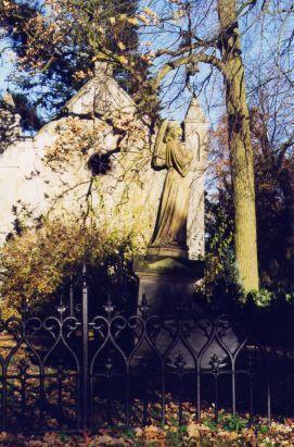 Grabmahl mit Engel im Totengärtchen