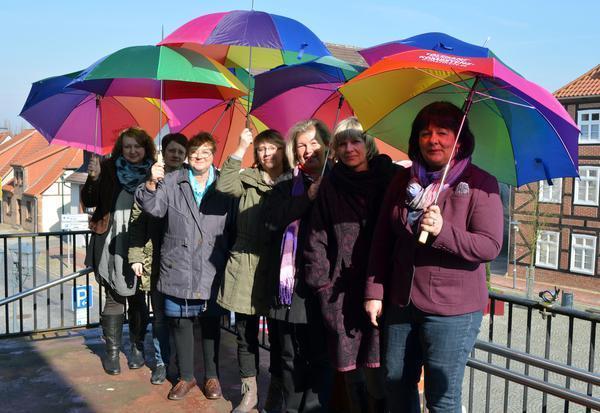 Die Gleichstellungsbeauftragten der Region Westmecklenburg hissten in Gadebusch zeigten mit den bunten Schirmen Flagge zum Equal Pay Day